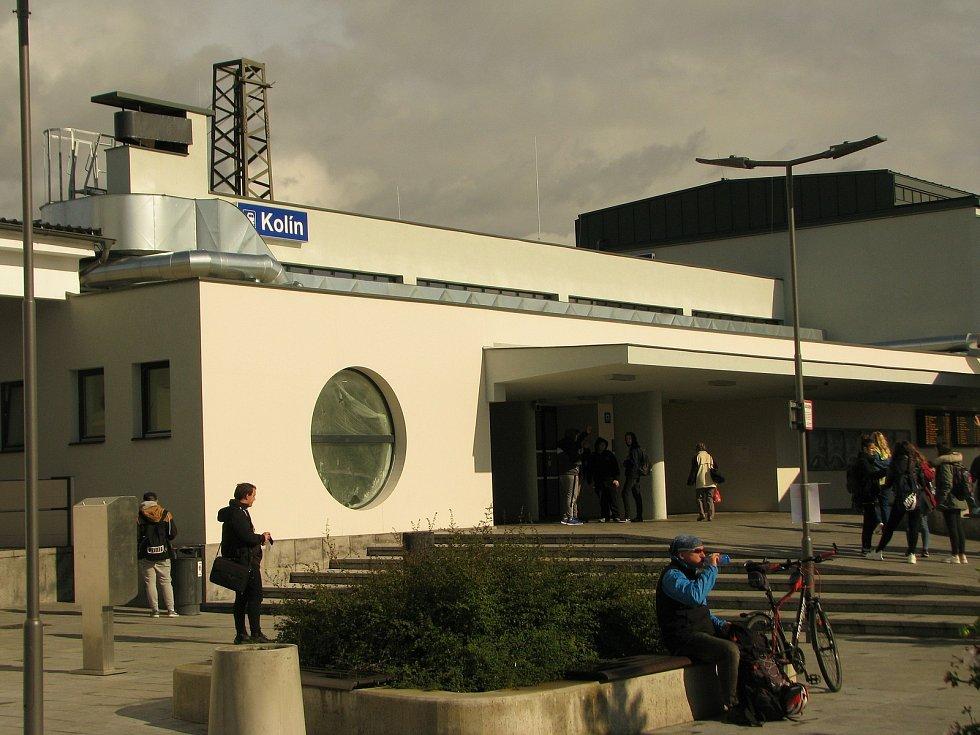 Vstup do nádražní budovy v Kolíně.
