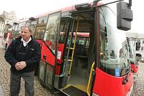 Jeden z nových nízkopodlažních autobusů, který posílí dopravu v Kolíně.