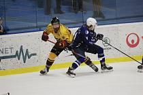 Hned čtyři branky vstřelili hokejisté jihlavské Dukly (ve žlutých dresech) v pondělním utkání na ledě kolínských Kozlů (v modrém).