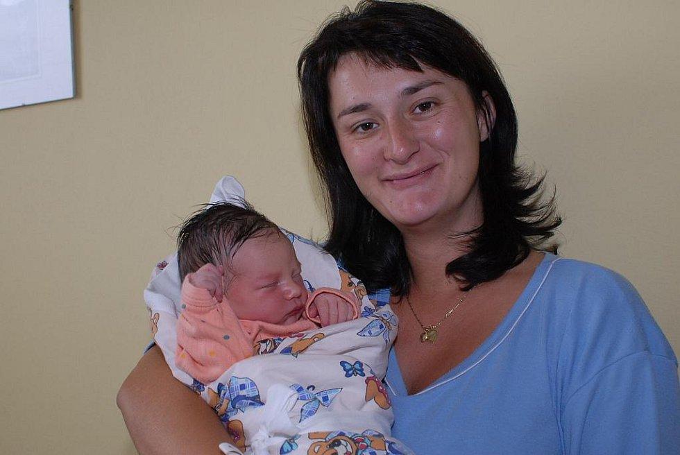 Tříletá sestřička Vendulka se doma v Kostelci nad Černými lesy radovala 13. září z narození sestřičky Adély Novotné, která přišla na svět s váhou 2 950 gramů a výškou 49 centimetrů. O obě děti se starají rodiče Jana a Václav.