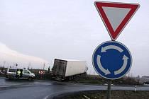 Řidič kamionu jel přes kruhák u Ovčár rovně.