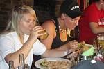 TÝMOVÝ OBĚD. Hráčky českého týmu Kateřina Mrázová (vlevo) a Andrea Fialová na společném obědě.