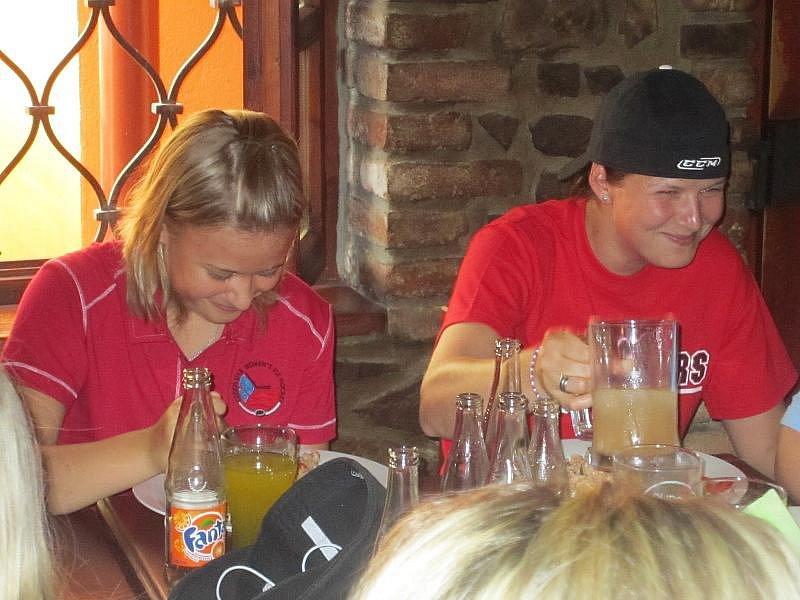 TÝMOVÝ OBĚD. Hráčky českého týmu Martina Vonková (vlevo) a Eva Holešová na společném obědě.
