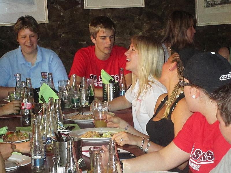 TÝMOVÝ OBĚD. Hráčky českého týmu Barbora Knotková, Andrea Fialová, Kateřina Mrázová (zprava) a Gabriela Martinů (v pozadí) na společném obědě.