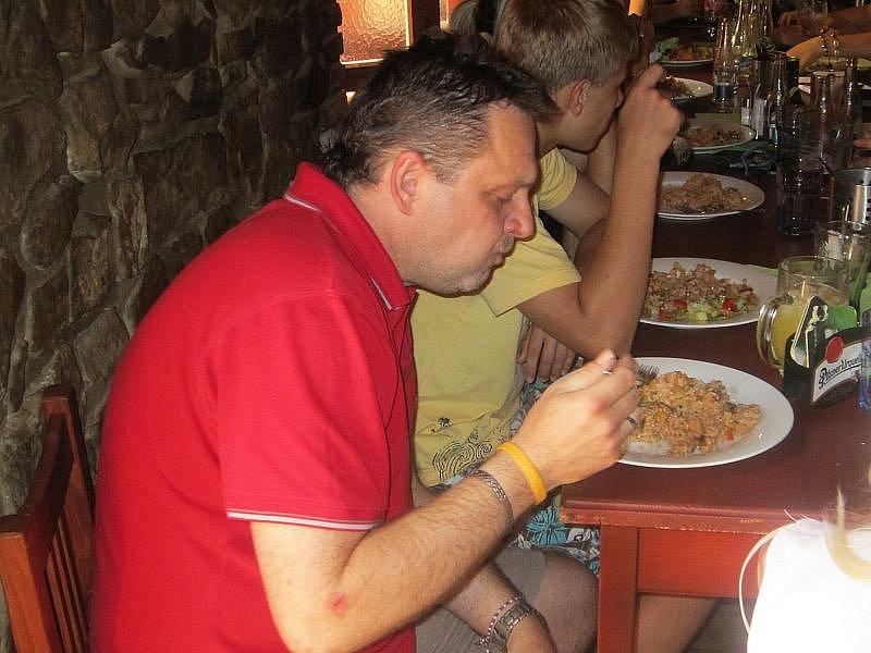 TÝMOVÝ OBĚD. Trenér české reprezentace Roman Heindl na společném obědě.