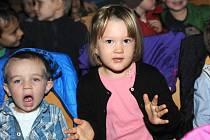 Děti se bavily v divadle