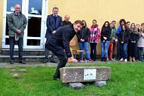 Pečečtí slavnostně poklepali na základní stavební kámen školní kuchyně
