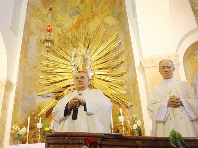 Dominik Duka požehnal sochu v Tismicích.