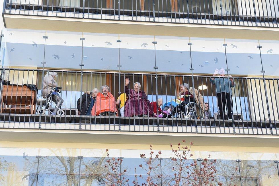 Dětí z mateřské školky Pohádka potěšily seniory v domově SeneCura v Kolíně.