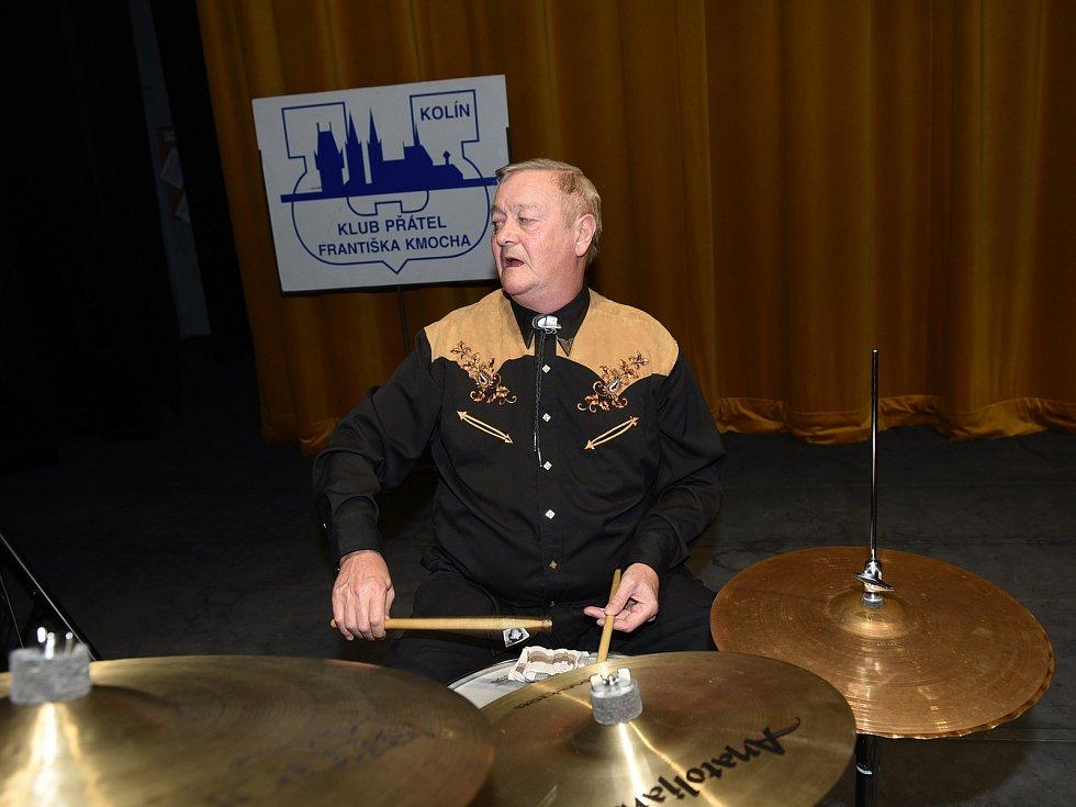 Na kolínské taneční Zámecké si nadšenci a příznivci Klubu přátel Františka Kmocha zatančili na hudbu od kapely Studio Kolín.