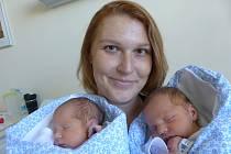 Marek (vlevo) a Jindřich Nouzákovi  se narodili 3. září 2020 v kolínské porodnici. Marek vážil 2390 g, měřil 47 cm a Jindřich vážil 3145 g a měřil 49 cm. Do Ovčár odjeli s maminkou Lenkou a tatínkem Václavem.