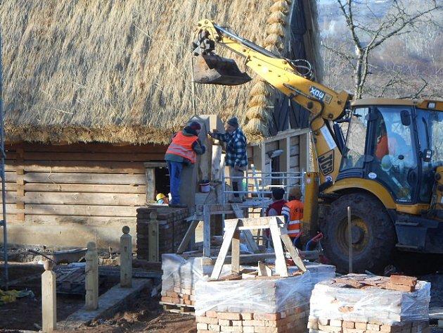 Stavba brány chalupy z Masojed