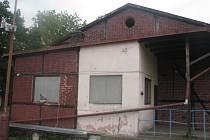 Budova staré sokolovny zevnitř. Čeká na demolici. Jestli nebude rychlejší příroda