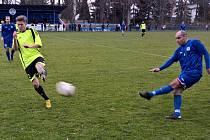 Fotbalisté Českého Brodu (v modrém) neporazili lídra ani v odvetě. Opět prohráli na penalty.
