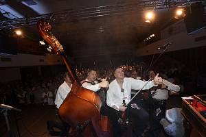 Z koncertu kapely Kollárovci v Městském společenském domě v Kolíně.