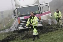 Kamion se ke kruháku u Ovčár přiřítil devadesátikilometrovou rychlostí.