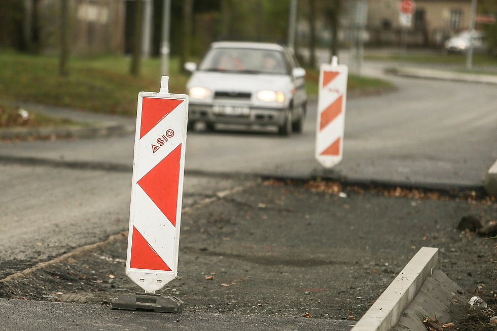 Práce na rozšíření silnice v ulici K Vinici v Kolíně