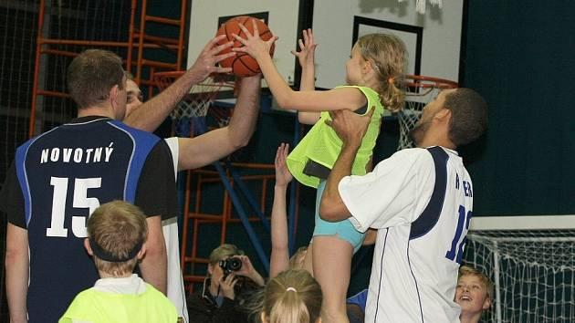 Z jedné třetiny zaplněné hlediště haly Spojů sledovalo, jak si malé děti rozumí s basketbalovým míčem nebo florbalovou hokejkou. Tyto a další dovednosti připravil včera basketbalový klub BC Kolín pro děti.