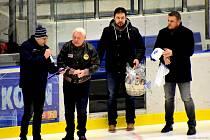 """Legenda. Jan """"Gusta"""" Havel (druhý zleva) přihlížel vysoké výhře kolínských hokejistů nad celkem Písku. Pak se dlouhé minuty podepisoval fanouškům"""