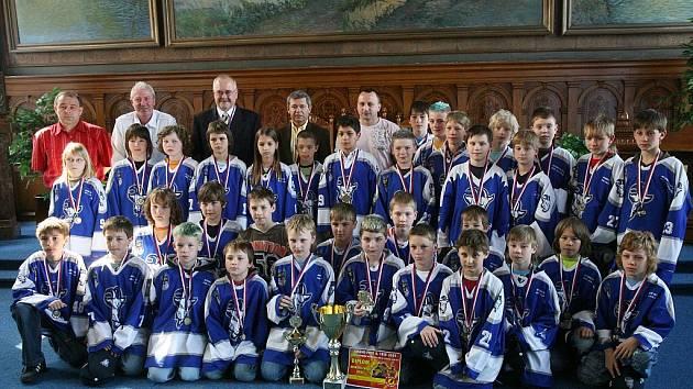 Malé úspěšné hokejisty slavnostně přijal starosta města Kolína