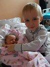 Adéla Dušková se narodila 29. března 2018. Po porodu měřila 48 cm a vážila 2880 gramů. V Makoluskách je s maminkou Marií uvítal tatínek Jaroslav a bráška Vojtík (3).