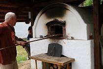 Ve Štolmíři pekli chleba.