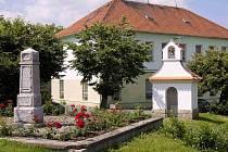 Kaple svatého Jiří a pomník v Doubravčanech.