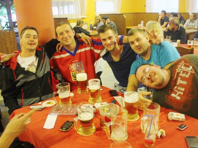 Fandění českým hokejistům při duelu se Slováky