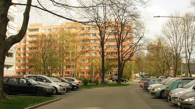 Parkování na sídlišti v Kolíně.