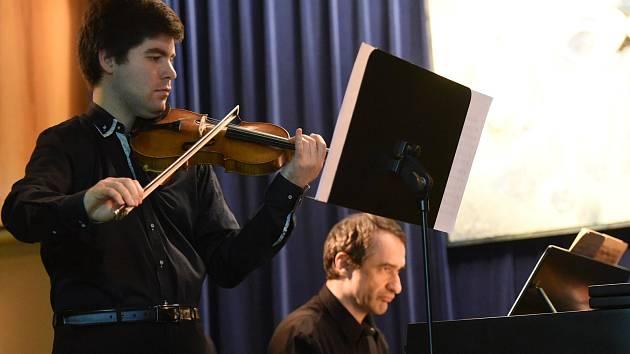 Z vystoupení houslisty Milana Al  - Ashhab a klavíristy Adama Skoumala v kolínském Městském společenském domě.
