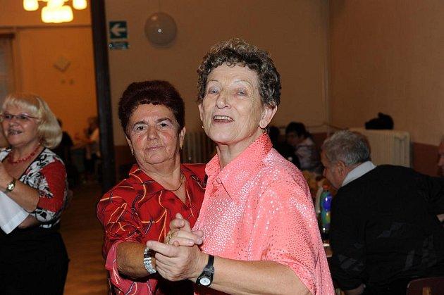 Tentokrát Staropražští heligonkáři se zpěvákem Jiřím Škvárou byli hlavním tahákem tradičního nedělního tanečního setkání členů a příznivců kolínského Klubu přátel Františka Kmocha