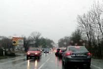 Na hlavním silničních tahu Kolín - Praha poblíž Úval čekejte dlouhé kolony, rekonstrukce silnice se provádí vždy v jednom pruhu, provoz řídí semafory.