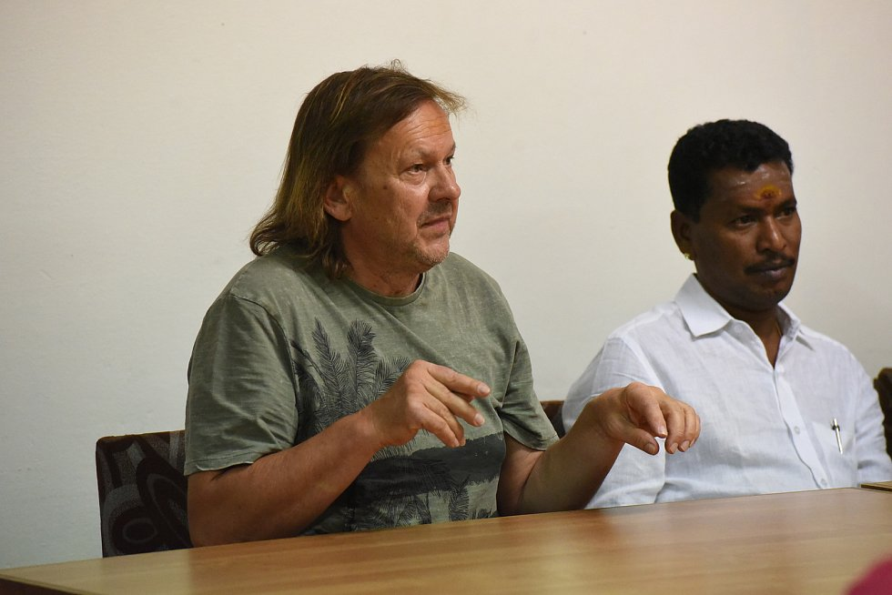 V kolínském Městském společenském domě se odehrála společná meditace a přednáška na téma knihovna palmových listů a vztahy.