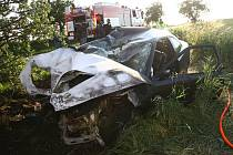 Po nárazu do stromu u Velkých Chvalovic začal automobil hořet.