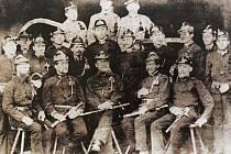 Fotografie zachycuje zakládající členy Sboru dobrovolných hasičů v Cerhenicích v roce 1878.