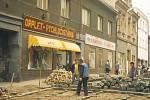 Pokládání dlažebních kostek při rekonstrukci Kouřimské ulice v Kolíně v roce 1996.
