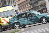 Nehoda osobního auta s tatrovkou v Kolíně