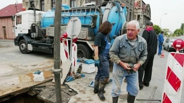Výměna poškozené části vodovodního potrubí trvala přes sedm hodin.