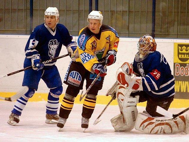 Karel Nedbal (vlevo) při utkání s Kutnou Horou.