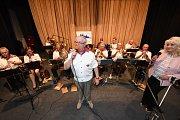 Přátele Františka Kmocha tentokrát bavil dechový orchestr Hradečanka