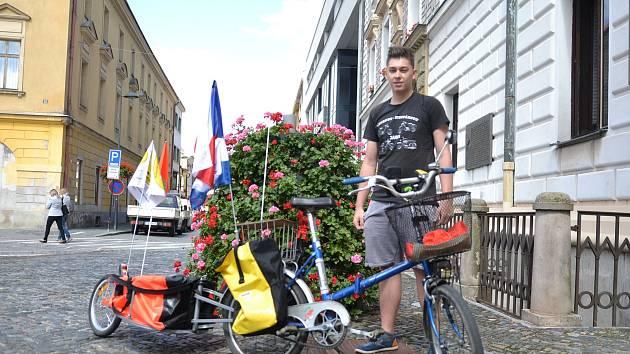 Filip Kretschmer se svým kolem připraveným na expedici.