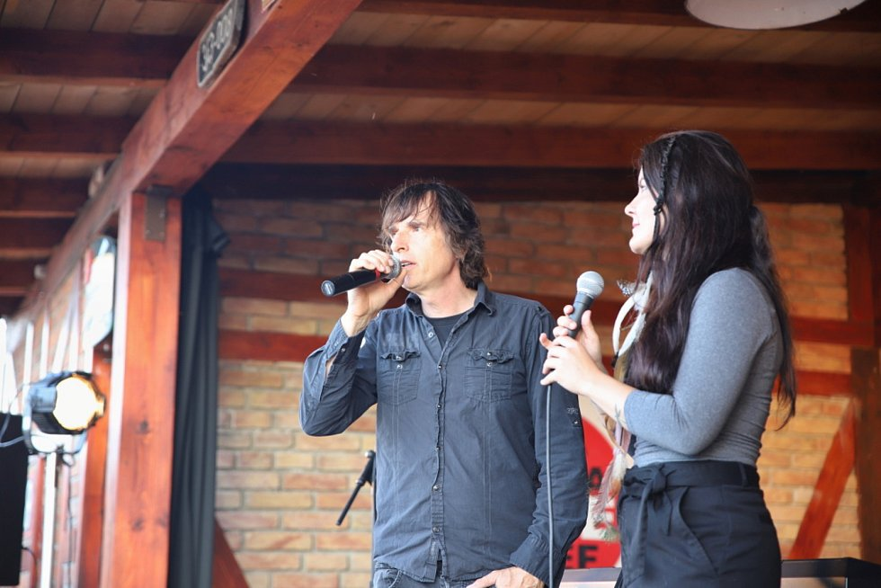 Na vlakové zastávce v Radimi zpíval Pokáč.
