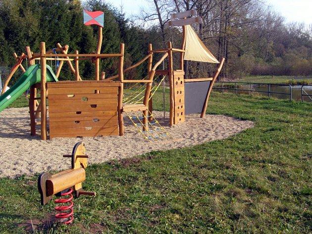 V obci Výžerky mají nové dětské hřiště.