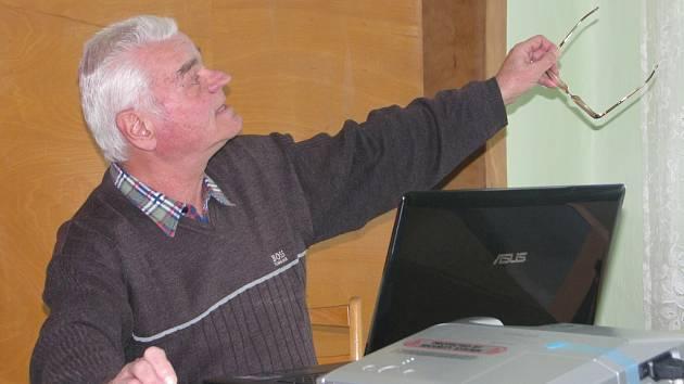 Karel Novák o tvorbě rodokmenu hovořil na přednášce v Olešce. Přišly dvě desítky lidí, které toto téma zjevně zajímá. Dělaly si poznámky, padla řada dotazů. O tvorbu rodokmenů se zajímá i starosta obce a jeho syn i organizátorka přednášky Magda Vlasáková