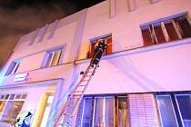 Požár bytového domu v centru Peček.
