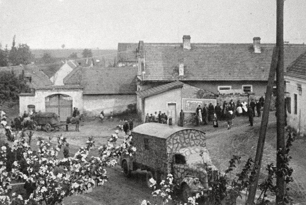 Na fotografii z roku 1945 je k vidění bývalá Jonášova hospoda, holírna, Koděrův statek i domy obyvatel Radimi.