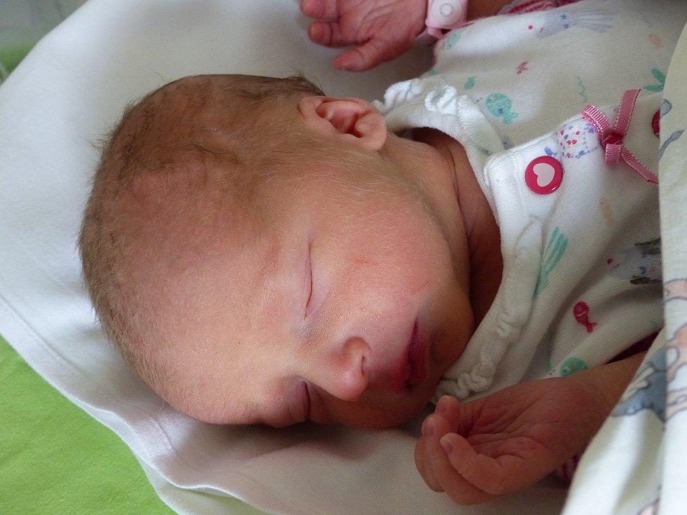 Ema Dadajová se narodila 6. dubna 2021 v kolínské porodnici, vážila 2210 g a měřila 45 cm. V Českém Brodě se z ní těší bráška Dominik (2.5) a rodiče Vladimíra a Dominik.