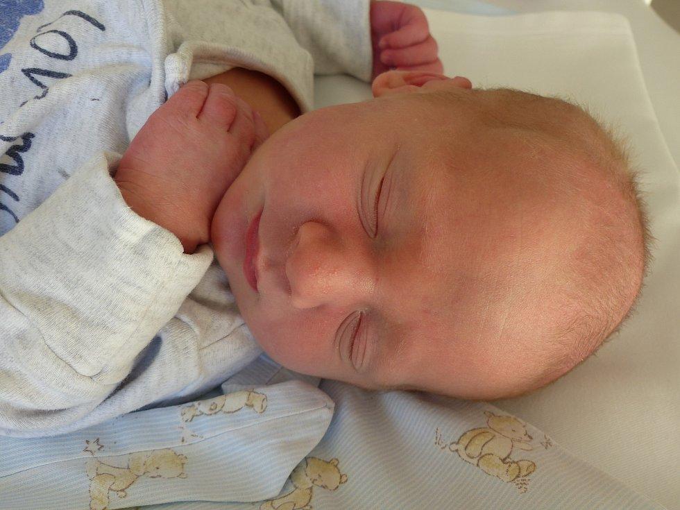 Jakub Fišer se narodil 23. dubna 2020 v kolínské porodnici, vážil 3410 g a měřil 51 cm. Do Hlubokého Dolu odlej s maminkou Veronikou a tatínkem Martinem.