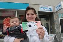 Vítězka 8. kola Lucie Michálková vyhrála dárkový poukaz v hodnotě 200,–Kč. Ten do soutěže věnovala kolínská pizzerie TÝNA. Vítězka se synem Lukáškem