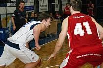 Jiří Jelínek (v bílém) při utkání BC Kolín - Basketbal Qanto Svitavy (94:63).